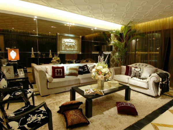 强调以华丽的装饰、浓烈的色彩、精美的造型达到雍容华贵的装饰效果。踏入舒适的沙发区内休憩,立刻感受贯穿客厅与餐厅之开放式空间的宽敞与气度,家具及灯饰与空间相互呼应,加强了其格局层次及空间的相互贯连性。