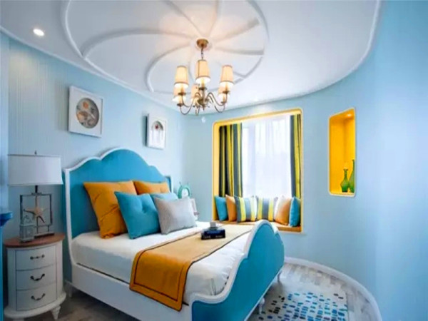 客卧的设计虽然简单,但也同样精彩。海螺型的顶面装饰与弧形墙面相呼应,局部黄色调的点缀使空间显得更加鲜活。