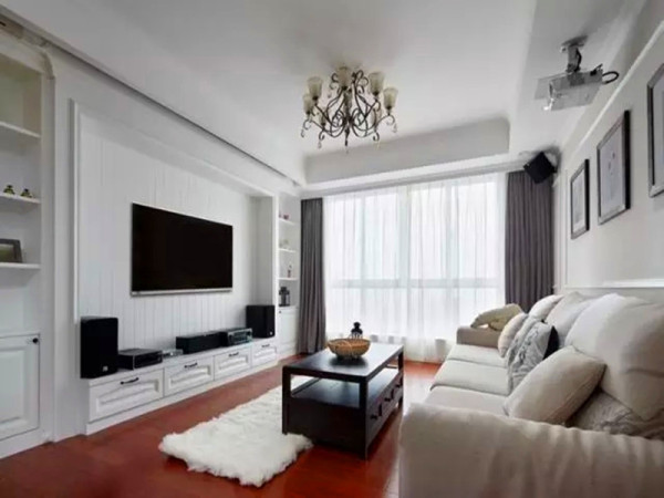 第一感觉就是宽敞方正,白墙红地板的搭配简洁有力度,几幅挂画恰到好处。沙发与茶几选择基本款,大方又实用。