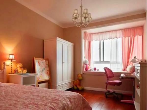 次卧:这必定是公主房了,粉红色的梦。在灯光的照射下,全屋透出精致与甜蜜。当然,书桌这样实用的物品自然不可少。
