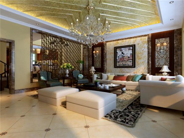 金色的吊顶让空间显得华贵。