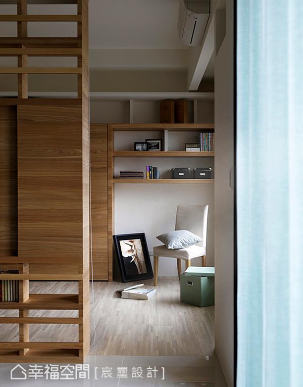墙面上利用木作层板框出展示机能,满足屋主希望收纳藏书与摆放风格对象,妆点居家空间。