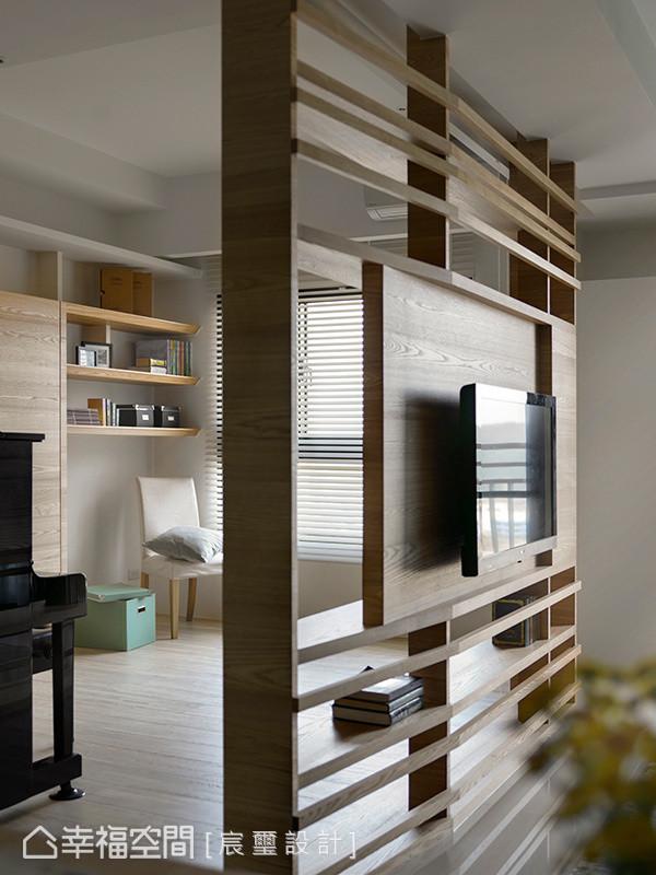 利用木作线条勾勒出电视墙的穿透美感,让领域间能够保有弹性的互动与串联。