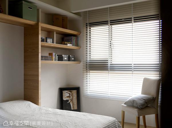 植入国外的居家设计,将床铺立起并隐藏于墙面的柜体中,当客人入住时,木板下掀,随即变成一张舒适的单人床。