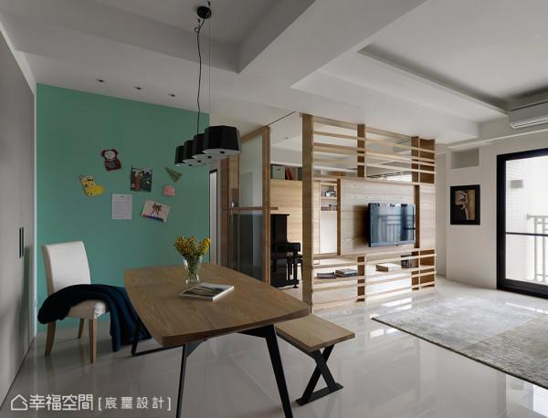 由于屋主希望增进与家人间的情谊,因此墙面上特别饰以苹果绿色彩的黑板漆,以留言与日常生活照的纪录方式,增进彼此情谊。