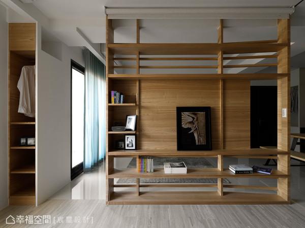 若将天花处的卷帘放下,马上成为一处具有隐密空间的书房或客房。