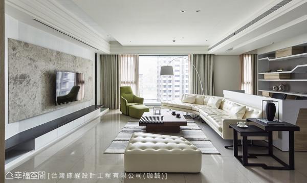 台湾镓酲设计透过开放空间,延伸客厅与书房的使用尺度,让窗外洒下的日光成为最知性的符码。