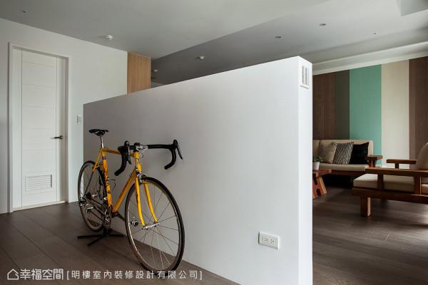 电视墙后方形塑一处小回廊,除了日常动线还可放置屋主的自行车,让空间扩大使用机能。