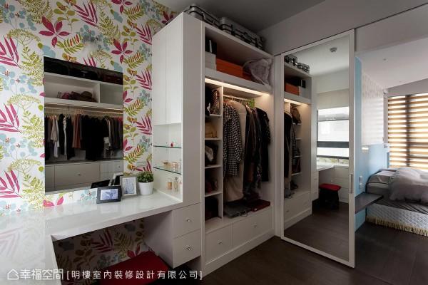 结合梳妆台、衣柜以及全身镜,一次满足屋主对于外出装扮的各种需求。