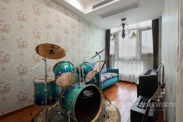 古典大气的吊灯,搭配舒适的布艺沙发,给生活带来惬意的休闲感觉。架子鼓和钢琴等乐器陪伴一家人度过许多音乐时光。