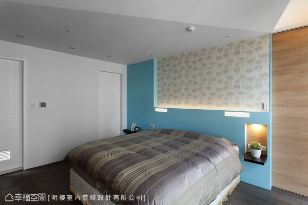 利用画框的概念创造床头造型墙,并饰以印花进口壁纸,再结合木纹层板的摆设机能,创造出灵活多变的卧室风格。