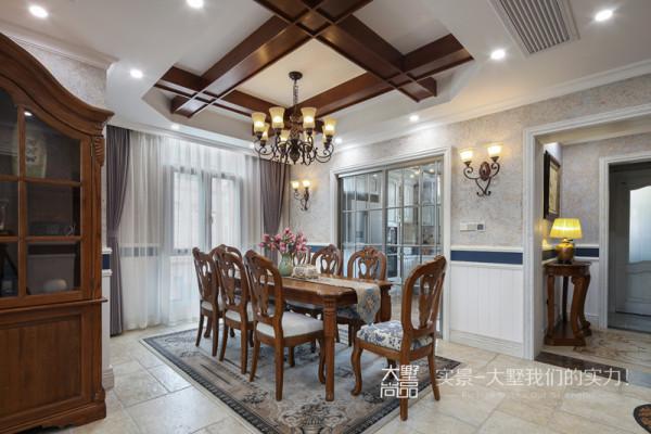 美式餐桌椅注重舒适的享受感,其自然、经典的印记似乎能让时光倒流,让生活慢下来,为一家人提供了温馨的用餐环境,逢节假日,也可以开个小型party呢!
