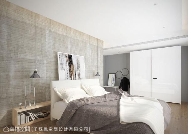 床头板饰以木纹清水模漆,设置矮柜形成艺术展演的效果,藉由特别的设计巧思,创造弹性丰富的机能调整。 (此为3D合成示意图)