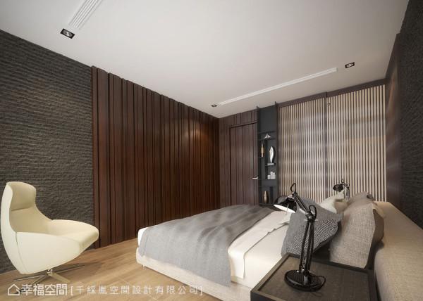 床尾壁面以石头漆连接木作质地,展示柜则以铁件打造,格栅推门内则是更衣室,丰富的立面表情,带来多变的视觉层次。 (此为3D合成示意图)