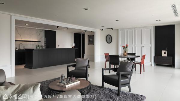 线条简练的木作吧台另配置轻巧方便的进口铝制抽,同时也将红酒冰箱与电器设备完整收纳在轻食区内。