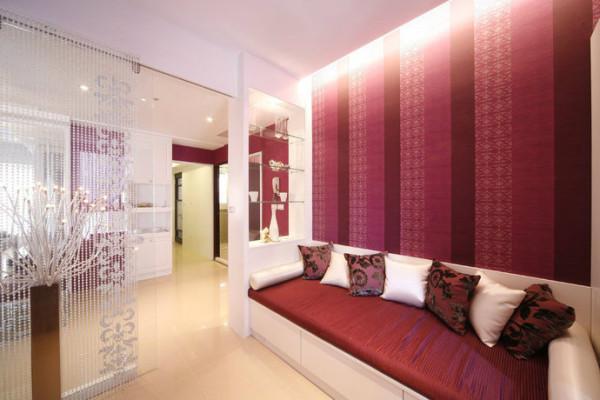 书房在色彩或设计元素的运用上,延续一致的空间语汇,以白色搭配桃红色、玻璃、珠帘等贯穿,特制沙发可兼客人留宿时使用。