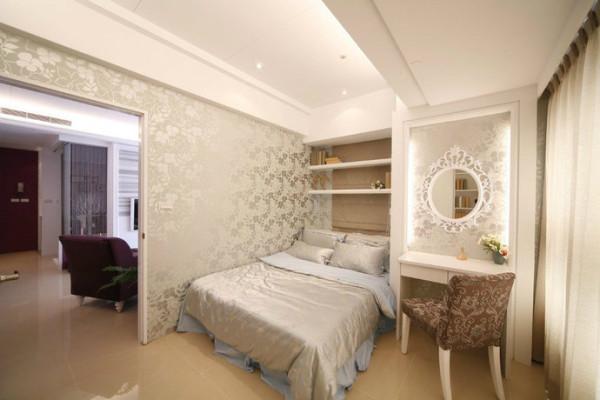 次卧以迷人的香槟色为主调,亮面与雾面交错的壁纸,受光后花纹会展现浮雕般的效果,在现代感中增添古典气息。