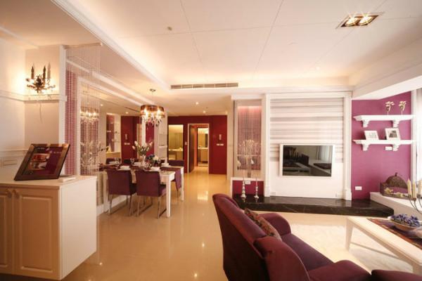 入口玄关区域,几个重点元素即彰显美学品味,客厅的桃红色系沙发特别选择不是太大的尺寸,以减少压迫感。