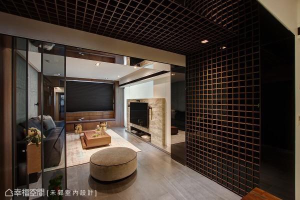 陈弘芫设计师以沉稳的重色铺陈空间基底,并藉由层次分明的暖色、中性色彩做调和,创造视觉感丰富的风格调性。