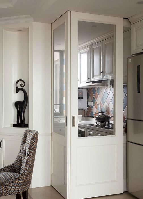 设计师按照主人的喜好用仿古的墙砖、橱具门板喜好实木门扇或白色模压门扇仿木纹色,搭配出的简单大气的效果。
