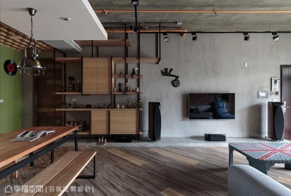 羽筑设计特别为屋主规划铁件吊柜,以方便收纳和展示屋主自世界各地带回的许多纪念品。