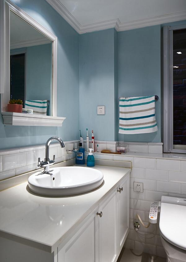洗手间就没什么特别的啦。没做占地费水要打扫的浴缸,主卫只有台盆和马桶,还做了一个实用的小吊柜,也留下了放小涡轮洗衣机的位置。