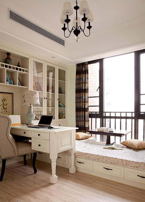 书房很简单实用带有一个小小的榻榻米可以喝茶可以看书,困了还可以休息。
