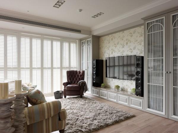 两端灰绿主柜镶崁纯白线条构成简单优美的电视背景墙,简单大方不失视觉层次;内藏影音播放设备,操作简单方便。