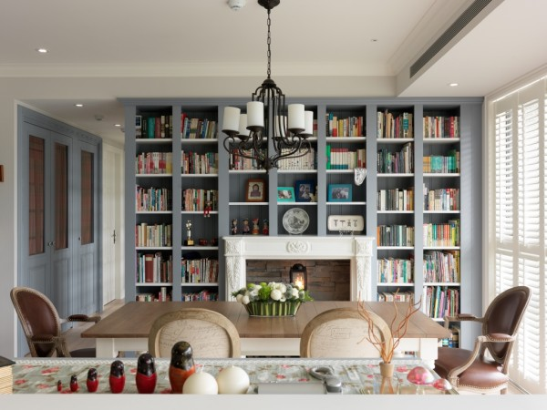 灰蓝书柜墙结合壁炉装饰,将餐厅提升为极具气质的家庭起居重心。