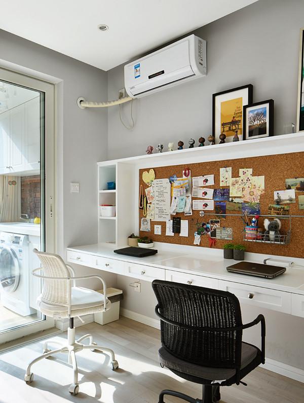 书房简单实用,一排书桌一排书柜。书桌的高度,为了兼顾人体工学和腿部空间!