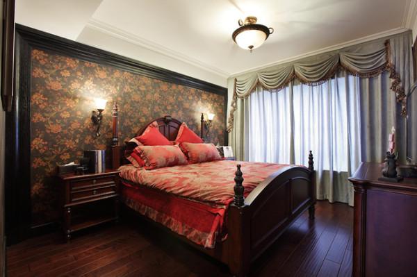 主卧室在色彩方面秉承了传统古典风格的典雅和华贵,但与之不同的是加入了很多现代元素,呈现着时尚的特征