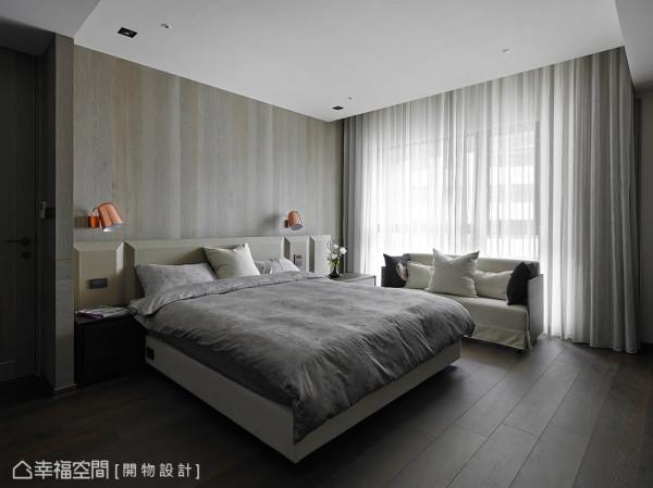 主卧墙面运用染色的绘木,挹注卧眠空间舒适的温度;床头则以巧克力砖的造形,形塑出当代与创意兼具的设计元素。