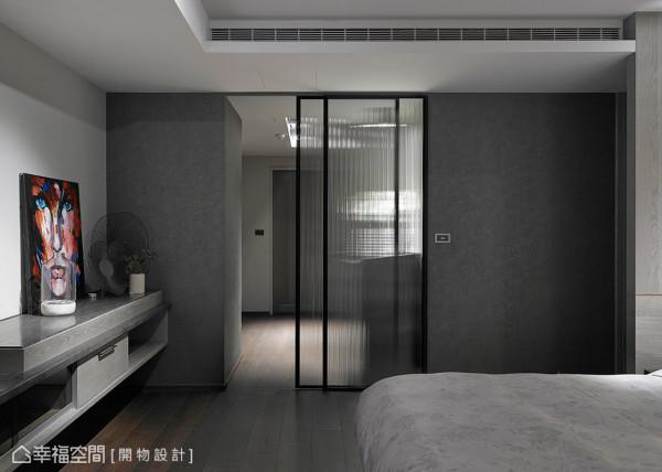 直纹玻璃拉门划分了卧房与更衣室的机能关系,其带有穿透感的质材特性,也将光线引入其内。