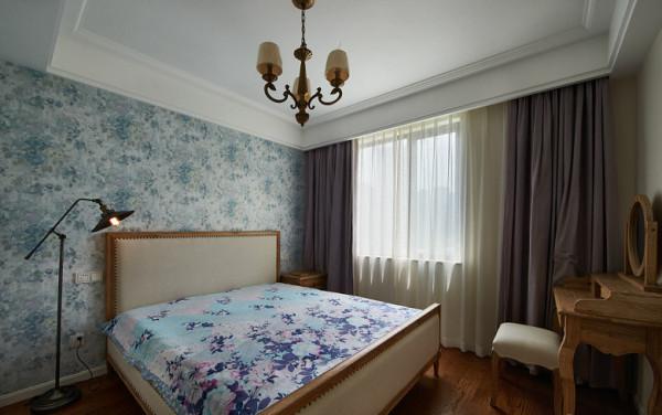 主卧:看点在床,很多人可能不喜欢铆钉式的,实际效果蛮耐看的,床也是设计师带主人从熟人那里买来的,肯定是实木,无味,安全;至于窗帘,棉料的,没有客厅麻料来的有垂度感。