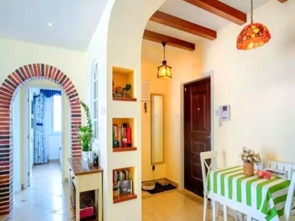 玄关边的位置是小餐桌,整体墙面用温暖的米黄色。