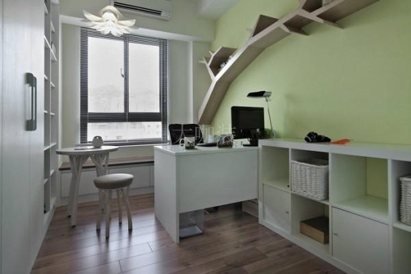 女主人书房-清新的芥末绿墙面,延续自然元素,树枝状的壁面造型,是置物架也是房间的视觉主题。