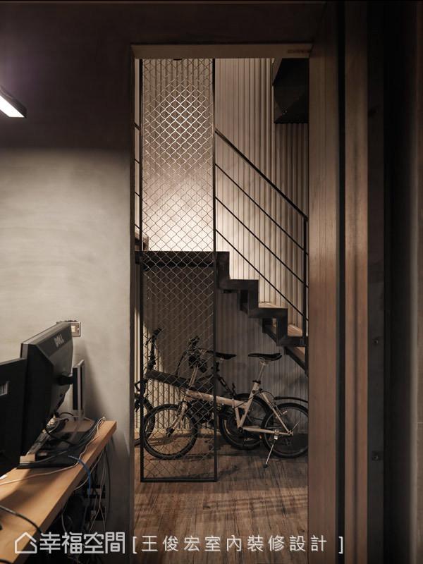 抽掉制式的办公室形象,以铁件楼梯、铁皮立面与水泥粉光构组,形塑工业风的冷冽魅力。