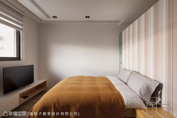 女儿房 虫点子设计使用壁纸让床头墙面丰富了空间彩度,并以不做满的墙面高度,让后方更衣室的空气更加流通。