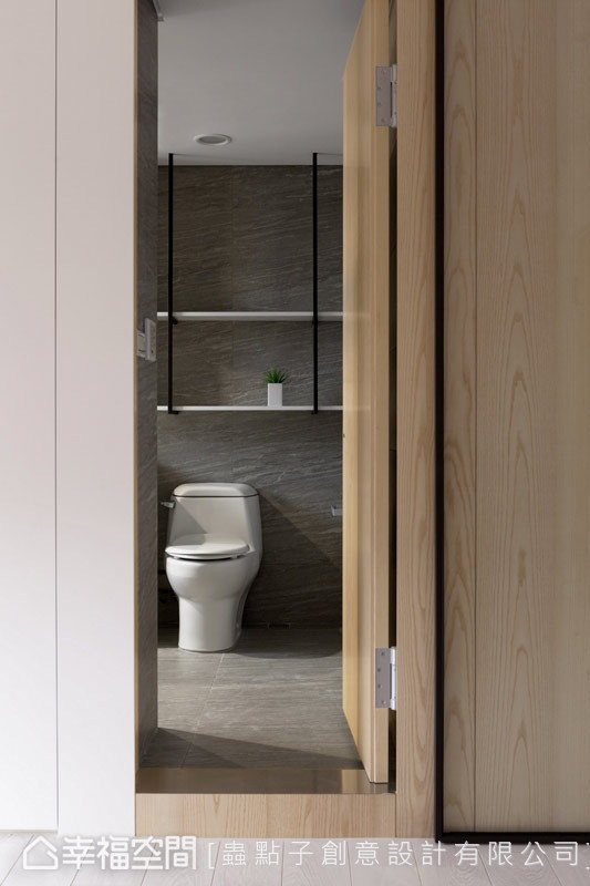 隐藏门 主卧电视墙右侧,以隐藏门的方式纳入卫浴空间,铺述整体立面的简约干净。
