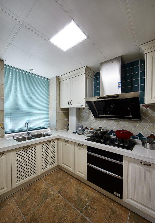 厨房,白色的实木橱柜,给人一种很干净的感觉。