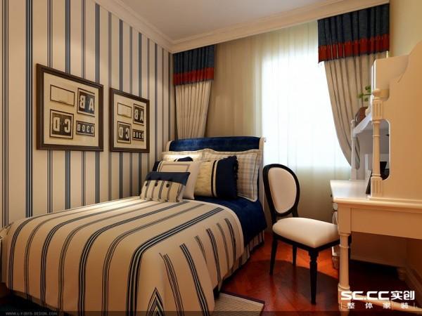 次卧的床品与墙纸相呼应