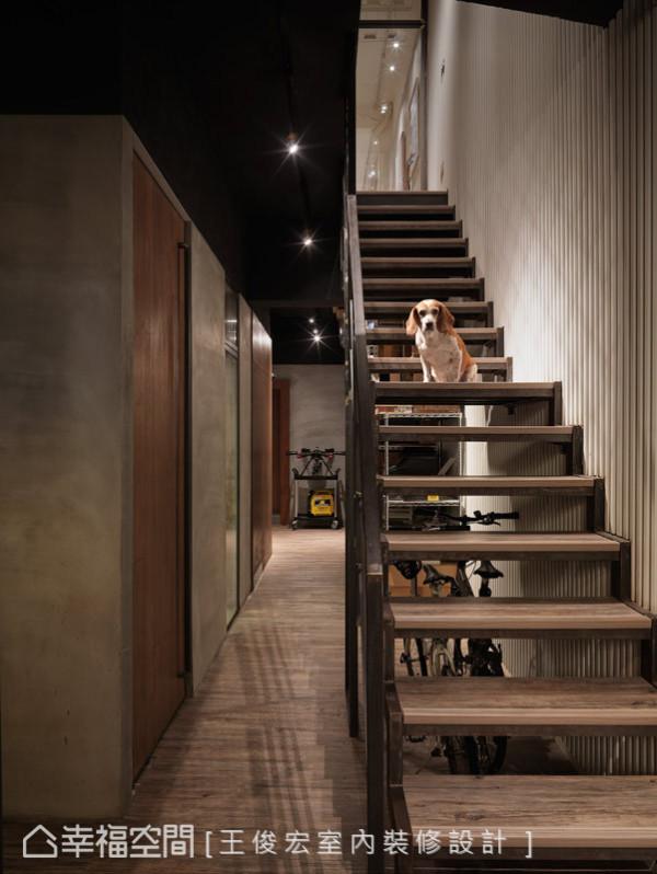 调整垂直动线的梯间位置,由室内后方移到中间区域,减少学员进入二楼音乐教室的声音干扰。