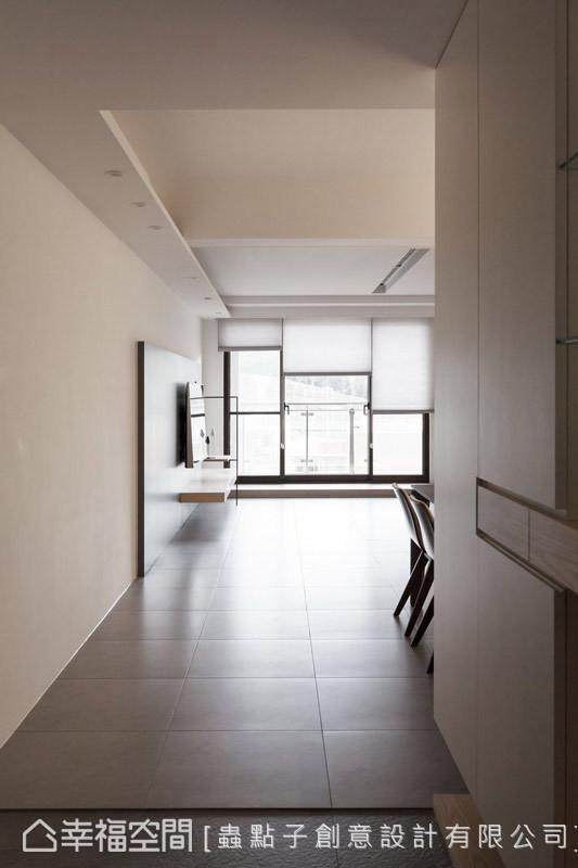 入门处 设计师郑明辉界定玄关与公共场域的关系,以高低落尘区与异质地坪来划分空间机能性。