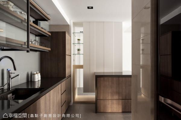 设计巧思 厨房与玄关间以鞋柜作为划分,并以穿透的表示层板增添创意与趣味性。