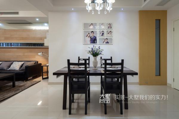 餐厅延续客厅的基调,饰面板加以黑镜做简单的元素呼应,配以婚纱照,与茶几同材质的餐桌椅,看似简单的处理手法塑造了温馨大气的餐厅空间。
