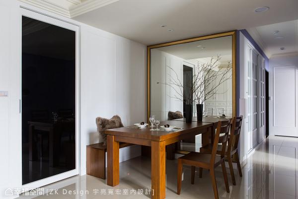 黑玻拉门除了可以划分餐厨间的机能性外,若家族成员在厨房开启灯光时,更能透过黑玻的穿透特性,与外部成员的保持互动。