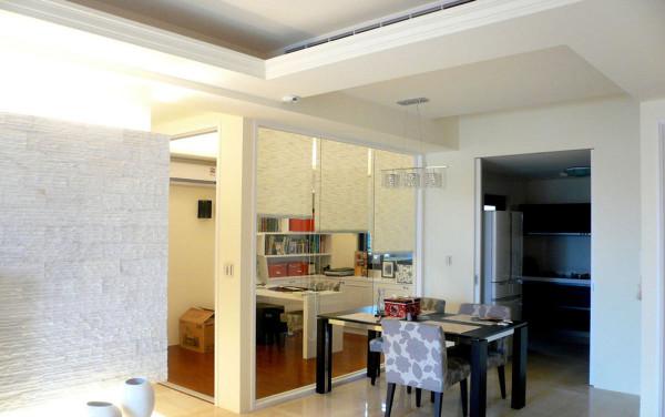 与餐厅连接的书房,运用清玻作为屏隔,扩大空间的使用面积