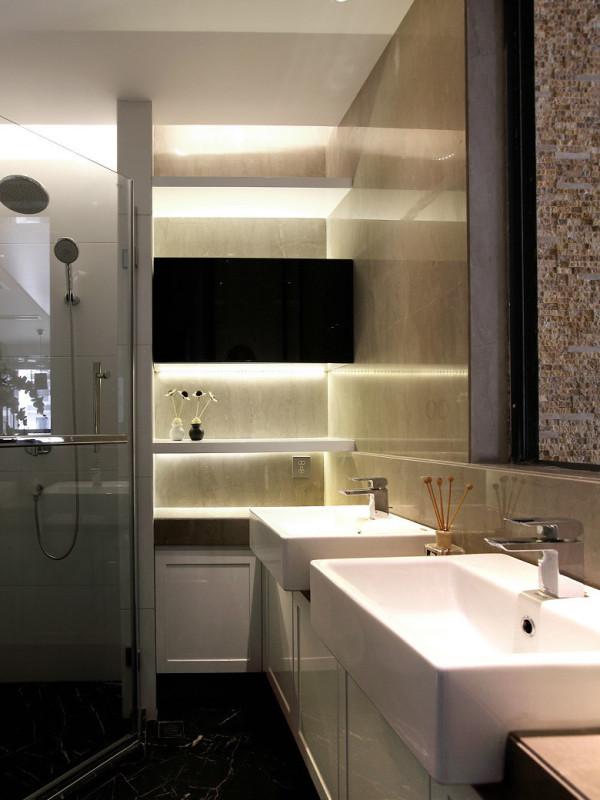 使用频率很高的客卫:色调上同样还是黑白搭配,功能上双洗脸盆的设计很好的缓解了家庭洗漱拥挤。