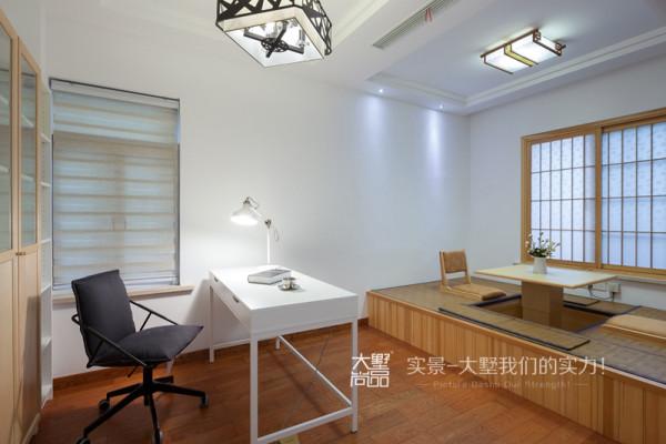 客房以白色为主基调,功能上定义为书房与客人休息的空间,榻榻米除了可以当床使用,还具备读写与储物功能。白色的书桌与白色米色穿插的成品书柜,飘逸着淡淡的书香气息。