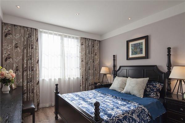 主卧房以软装饰营造出美式风格的摩登大气,碎花布艺窗帘和床单营造出良好的睡眠氛围。